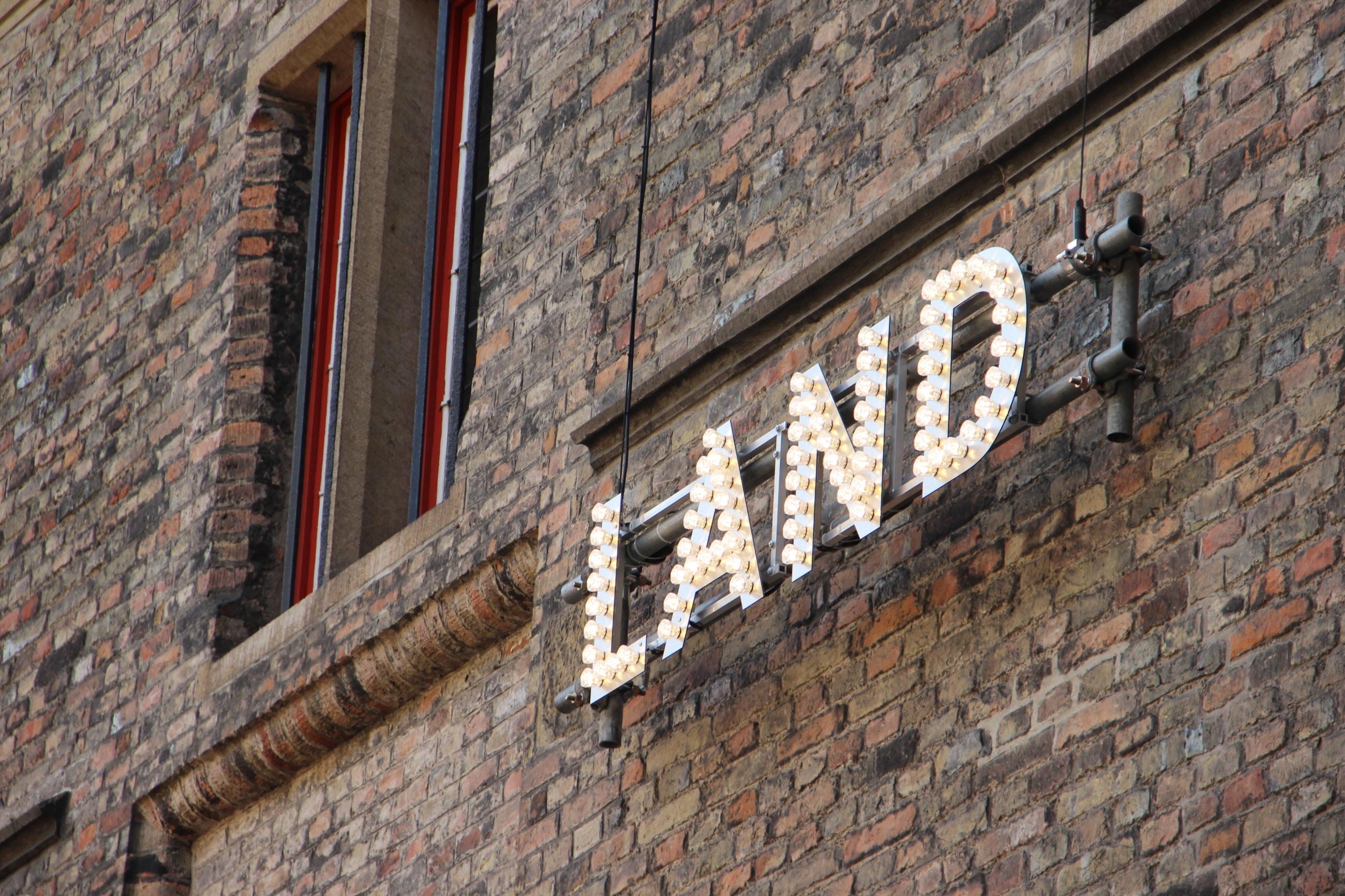"""Foto: Schild aus Glühbirnen""""Land"""""""