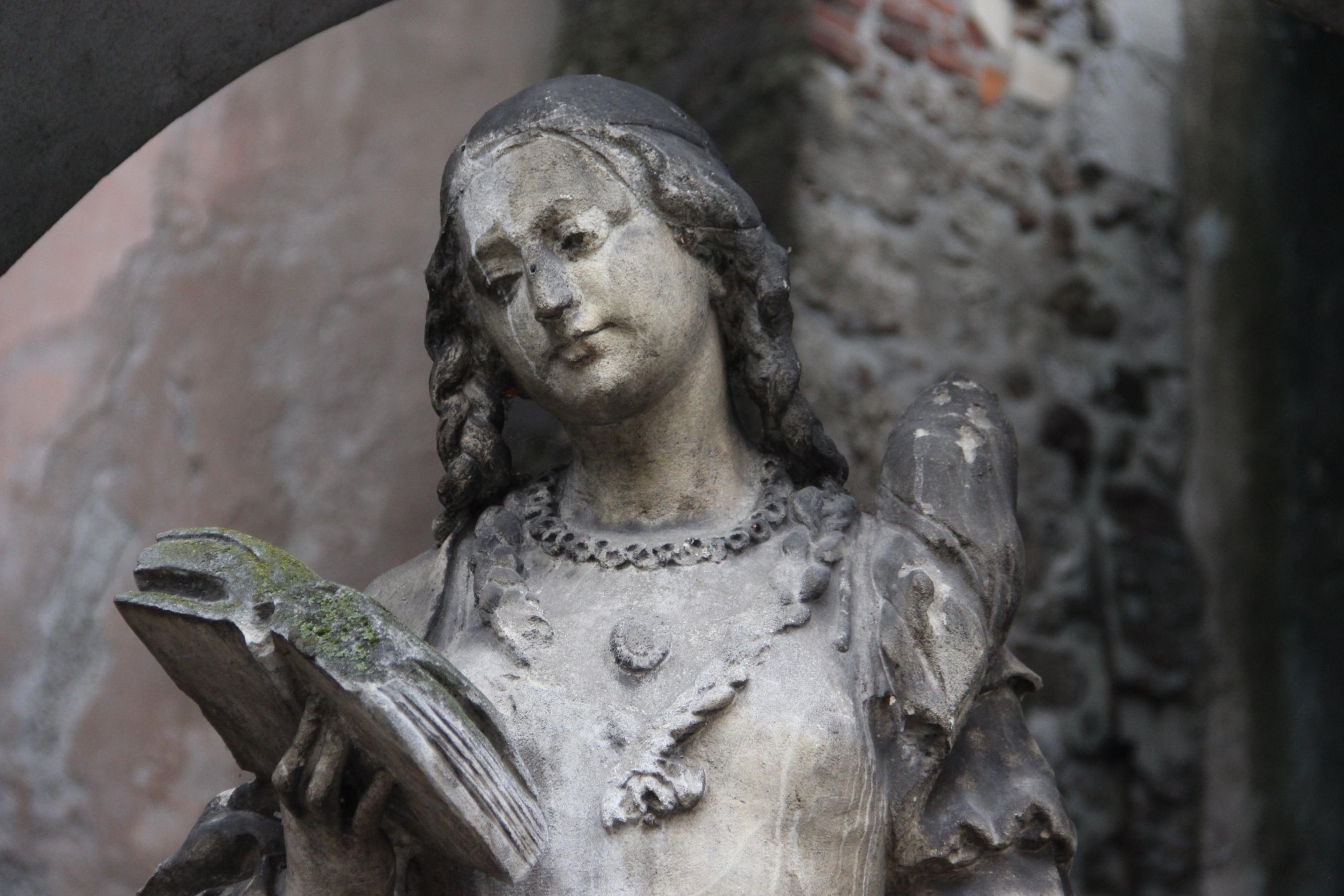 Foto: Statue mit Buch