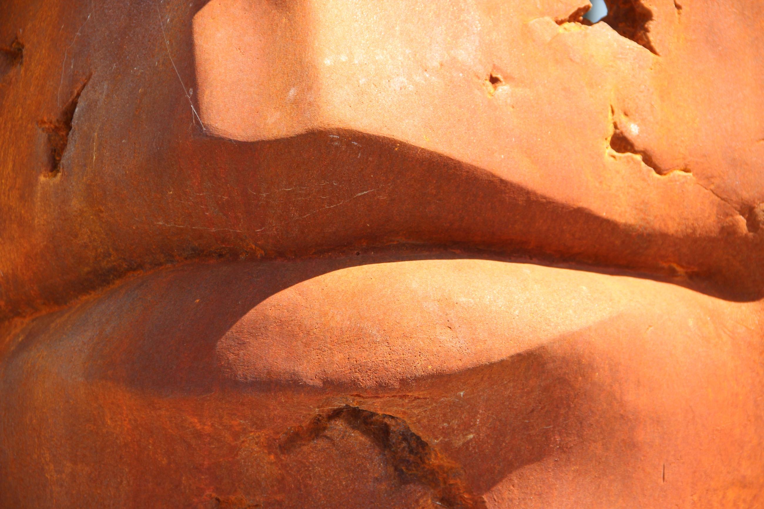 Foto: Nahaufnahme eines Mundes aus Stein