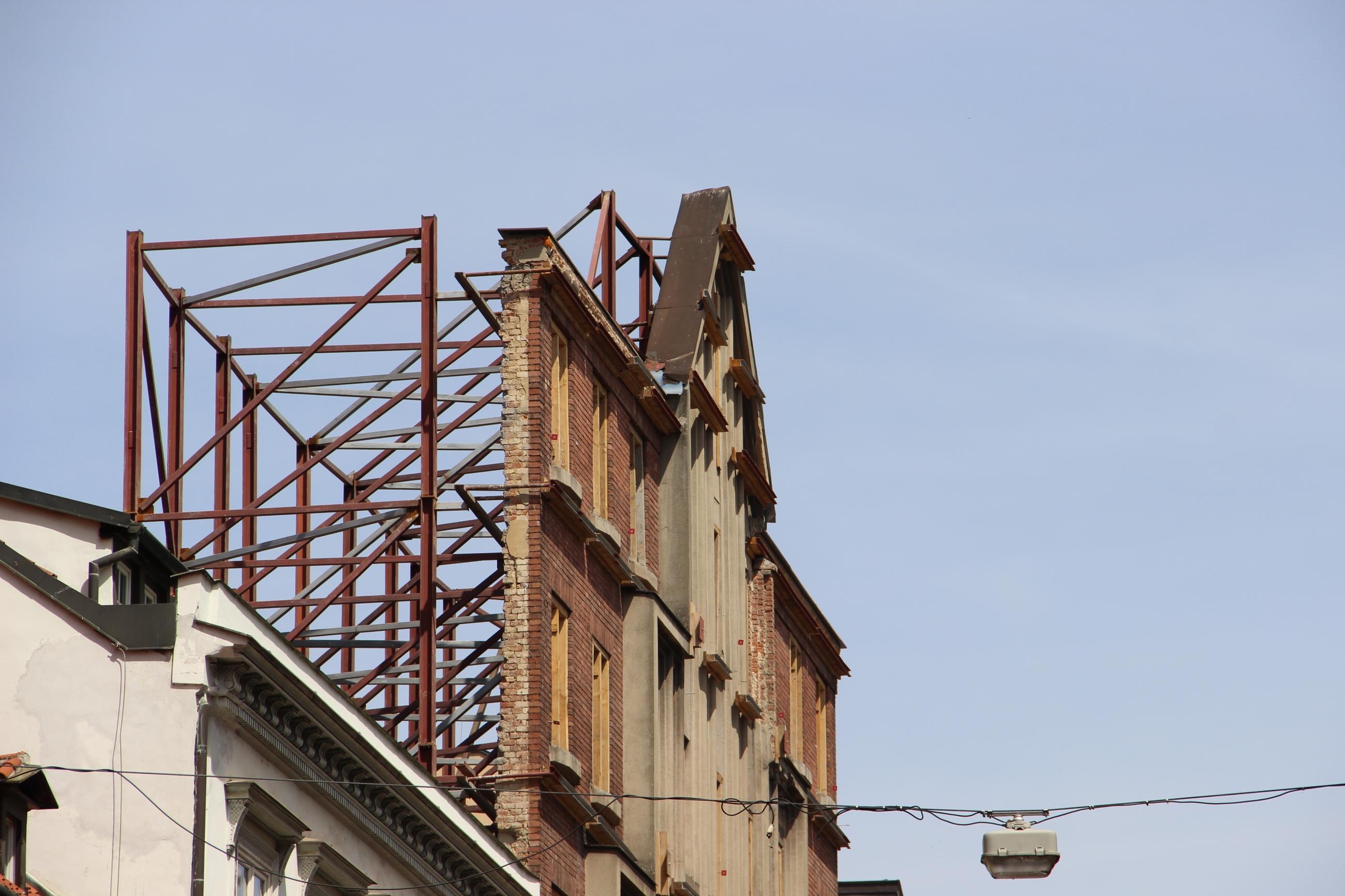 Foto: Eine alte Häuserfassade, aber ohne Haus dahinter.
