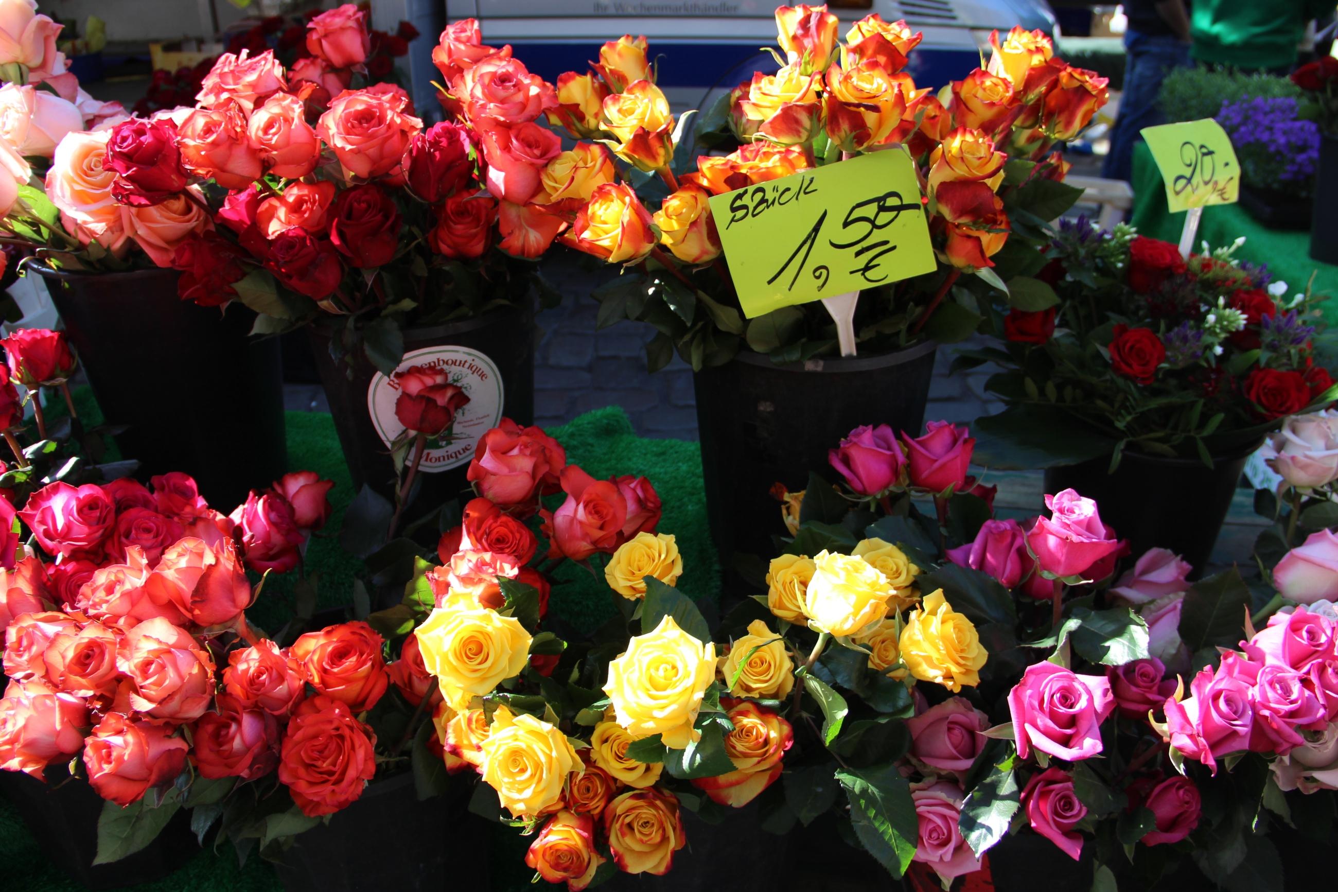 Foto: Blumen vor einem Blumenladen.