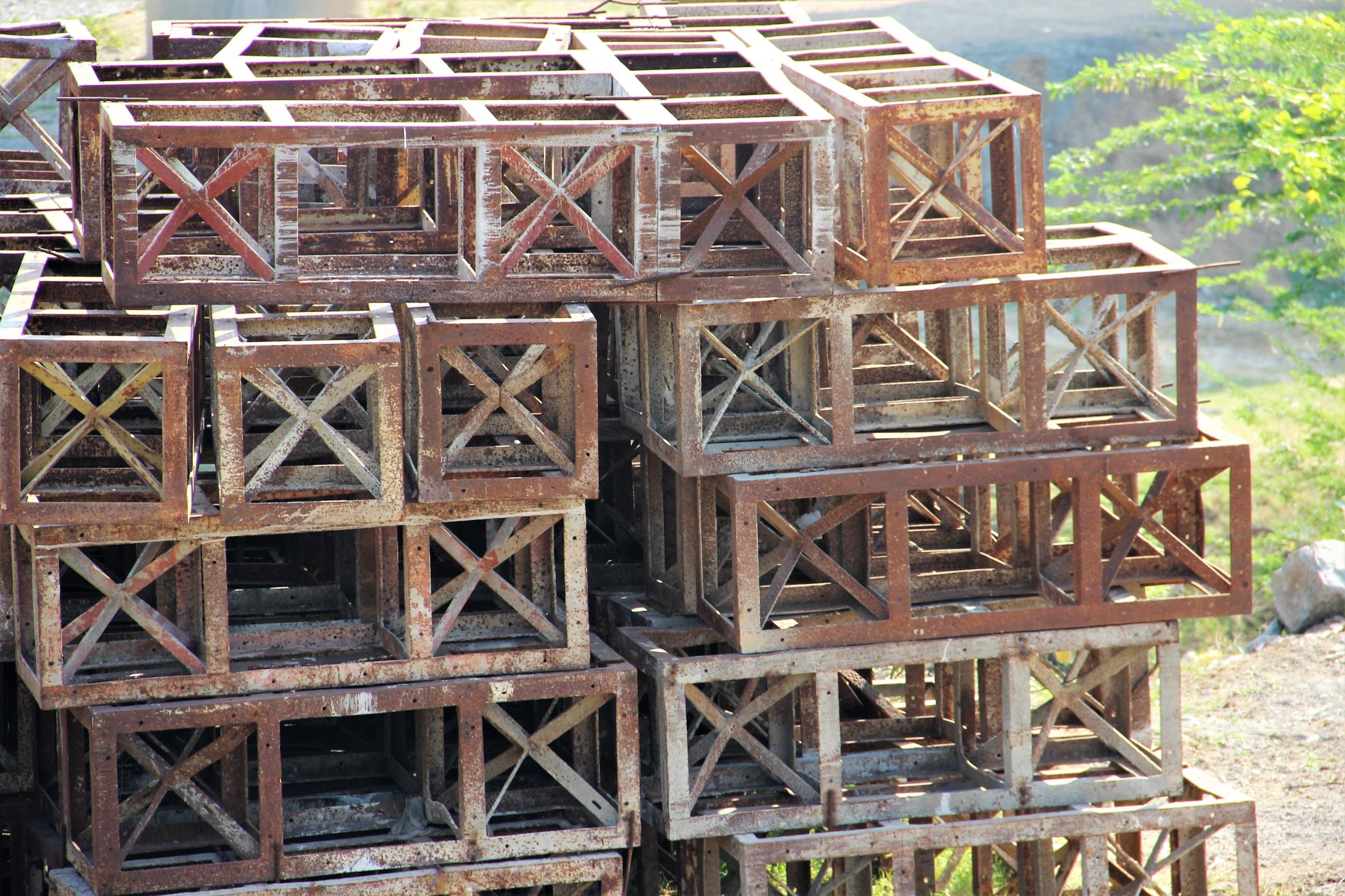 Foto: Rostige Stahlträger, die man zu einem Turm gestapelt hat.