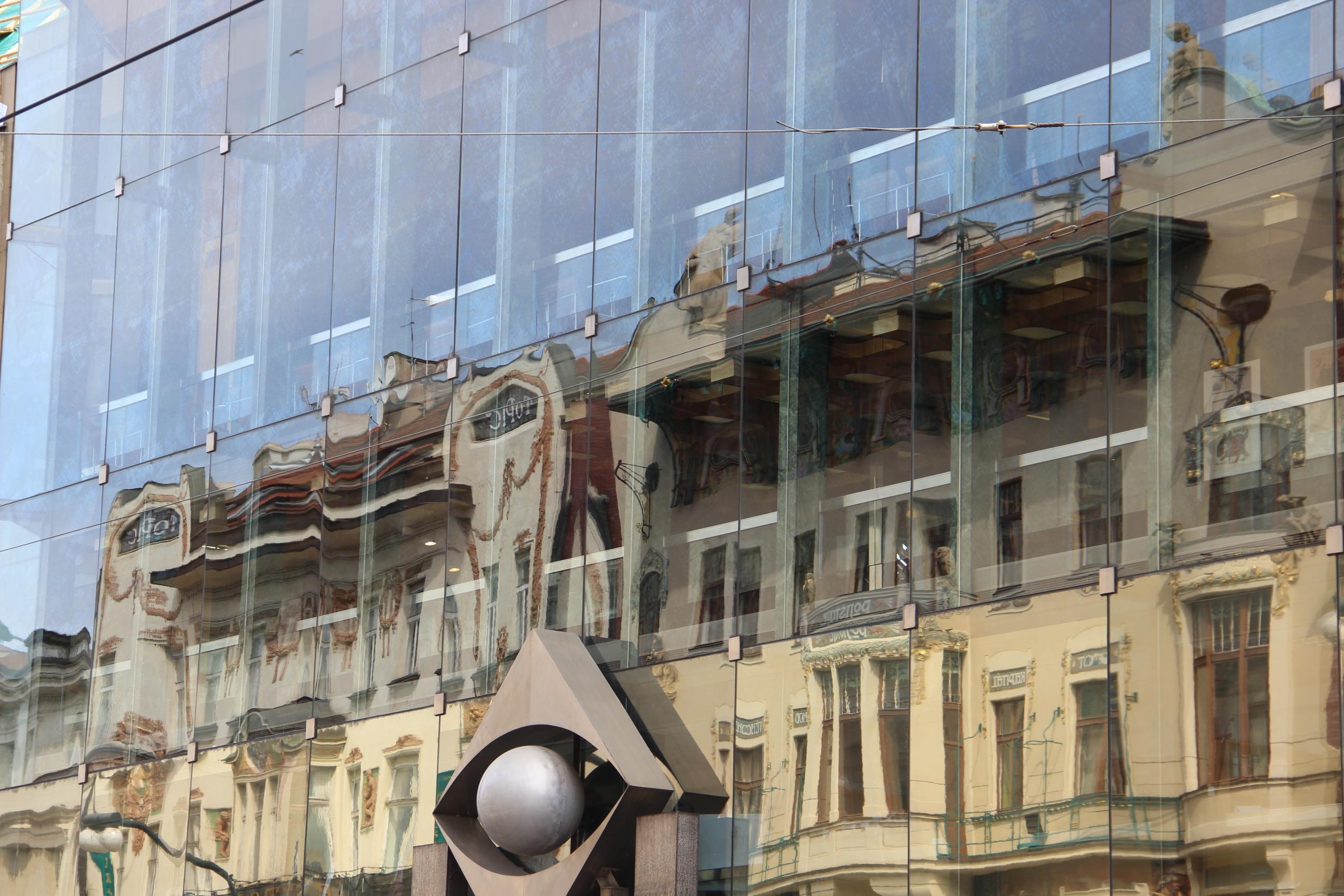 Foto: Die Laterna Magika in Prag, an deren Fassade sich das gegenüberliegende Haus spiegelt.