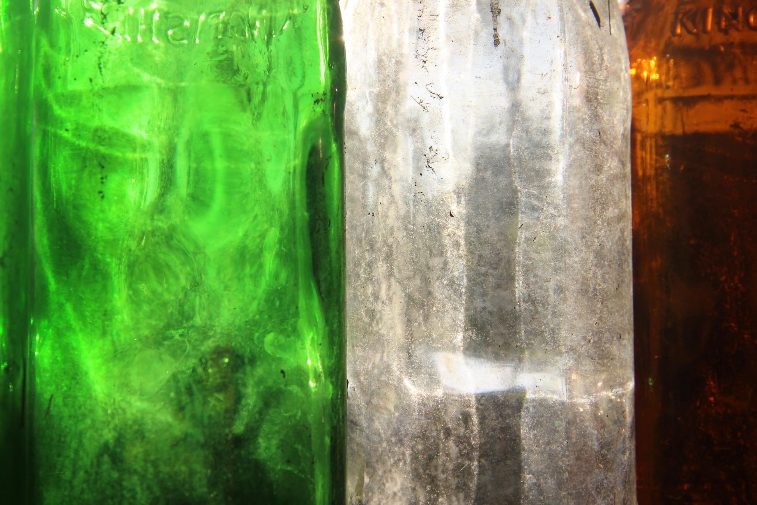 Foto: Bunte Glasflaschen: Grün, Weiß, Rot